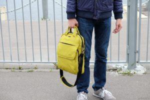 Рюкзак в руках