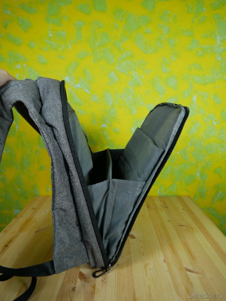 открытый карман на спинке рюкзака